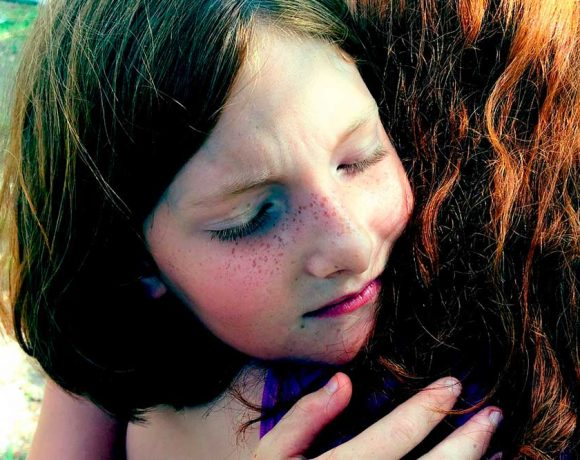 Una niña da un abrazo
