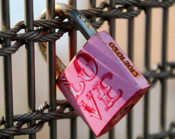 Un candado cerrado en el que pone amor