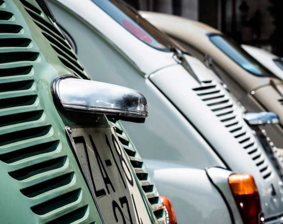 Detalle coches antiguos en fila