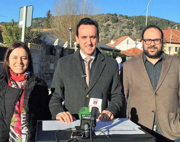 El alcalde flnaqueado por dos concejales en una declaración