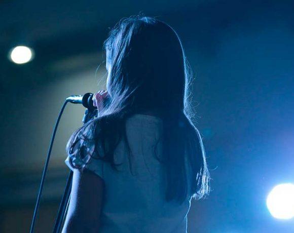 Una niña canta sobre un escenario