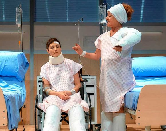 Escena de la obra con dos actrices con escayolas