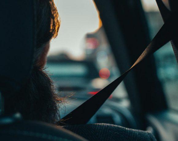 Una persona en un coche con el cinturón de seguridad puesto