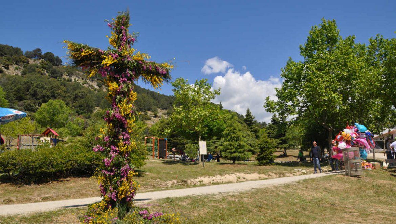 Cruz de flores en un parque