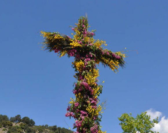 Cruz hecha con flores