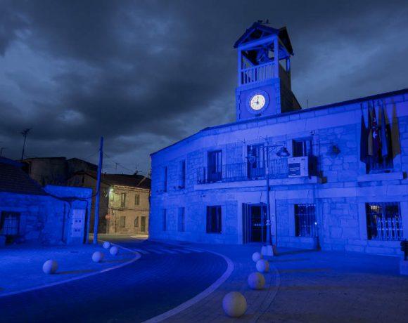 La fachada del Ayuntamiento de Moralzarzal pintada en azul