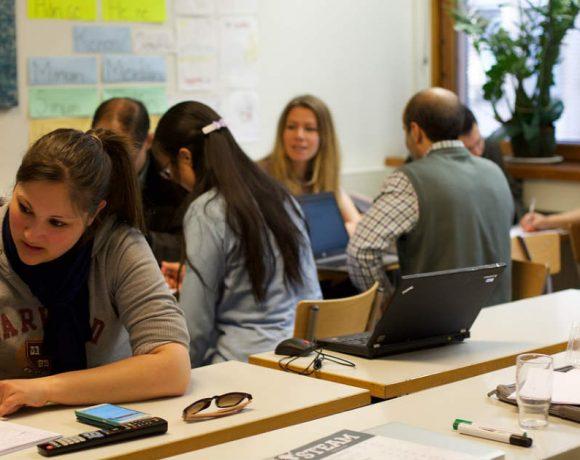 Personas estudiando en distintas mesas