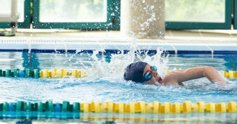Un nadador en una piscina