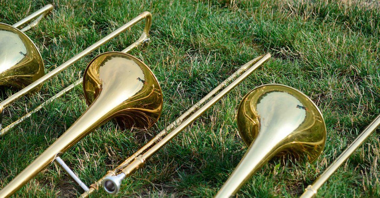 Tres trombones sobre el césped