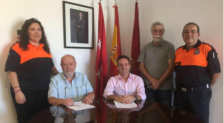 Los dos alcaldes junto al personal de Protección Civil