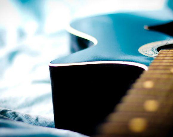 Guitarra acustica azul