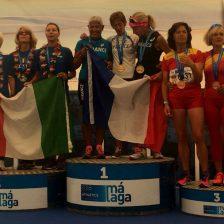 Atletas sobre un podium con sus medallas