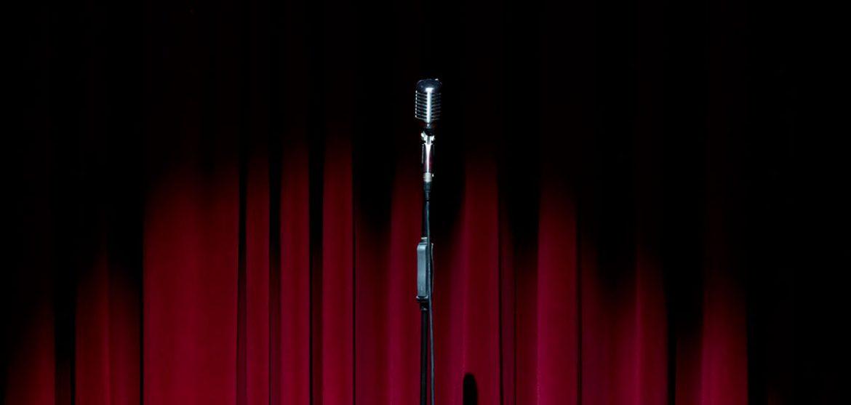 Un micrófono delante de un telón