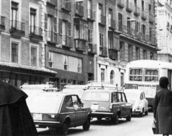 Imagen de José Luis Sampedro en una calle madrileña en blanco y negro