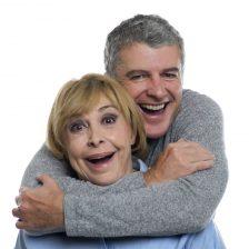 Dos personas abrazadas divertidas