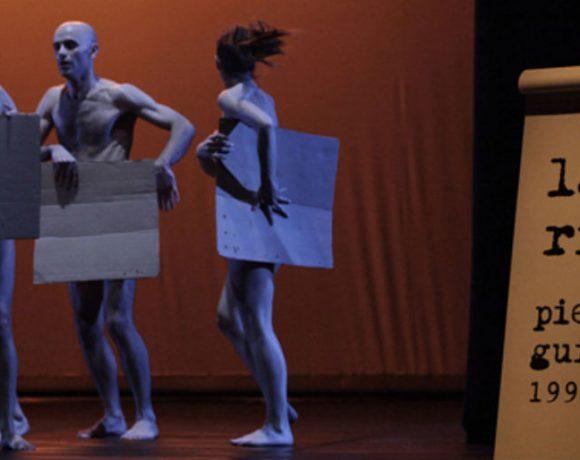 Bailarines en escena vestidos con cartones