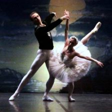 Una pareja de bailarines en el lago de los cisnes