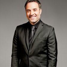 El actor Daniel Guzmán con traje y corbata negros