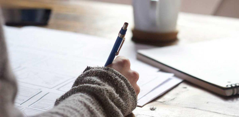 Una mano de mujer escribiendo con bolígrafo