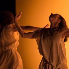 Bailarinas sobre fondo dorado