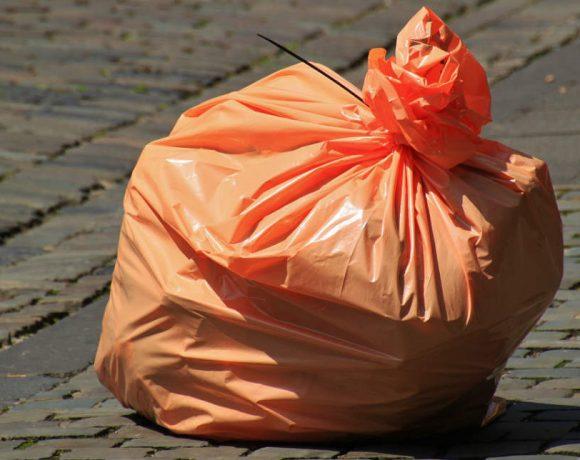 Una bolsa de basura cerrada en la calle