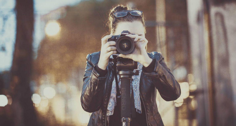 Una fotógrafa toma imágenes con su cámara