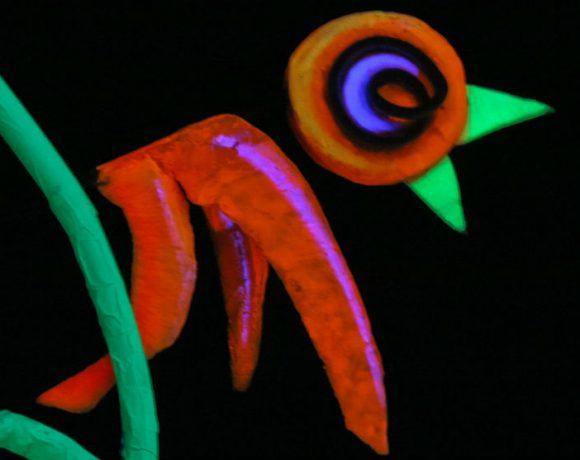 Un títere en forma de pájaro de luz negra