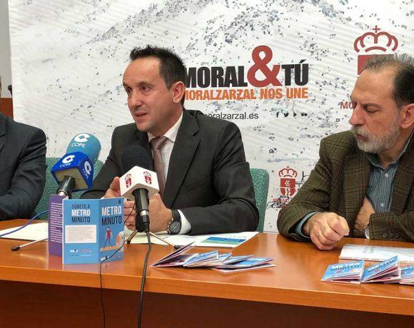 El alcalde de Moralzarzal junto a otras dos personas en una mesa