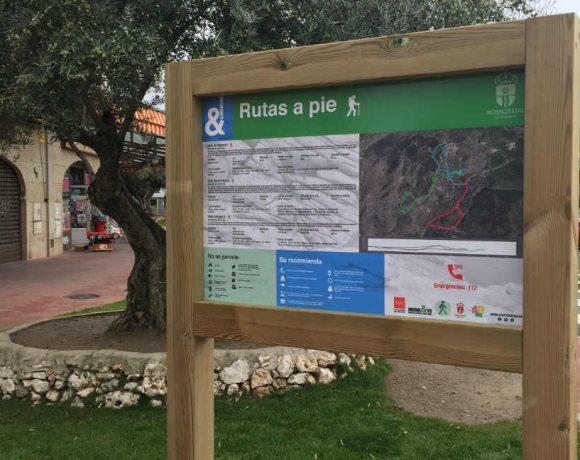 Un panel de rutas junto a la plaza de toros de Moralzarzal