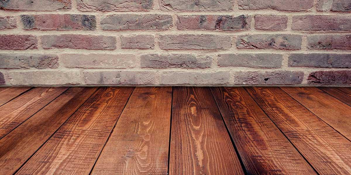 Suelo de madera y pared interior de ladrillo