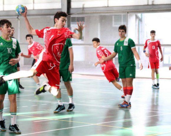 Un jugador de balonmano infantil lanzando a portería