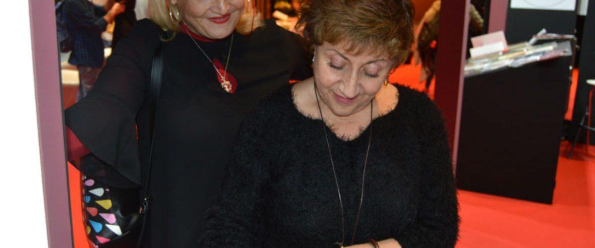 Margarita Reiz firmando ejemplares
