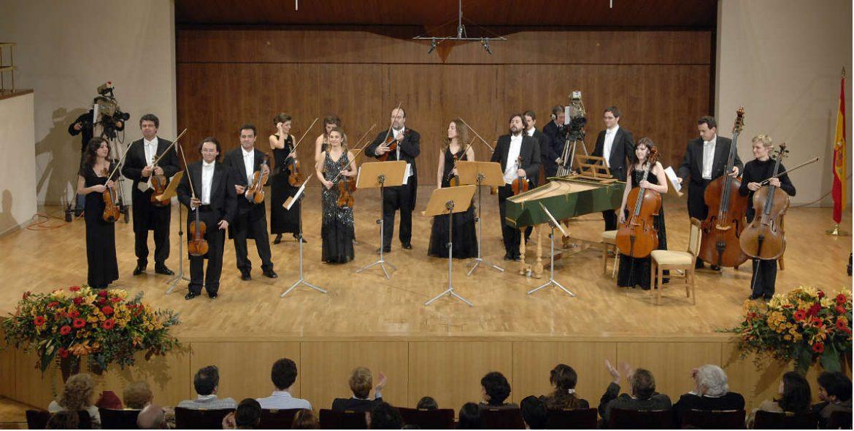 Los miembros de la orquesta saludan al público desde el escenario