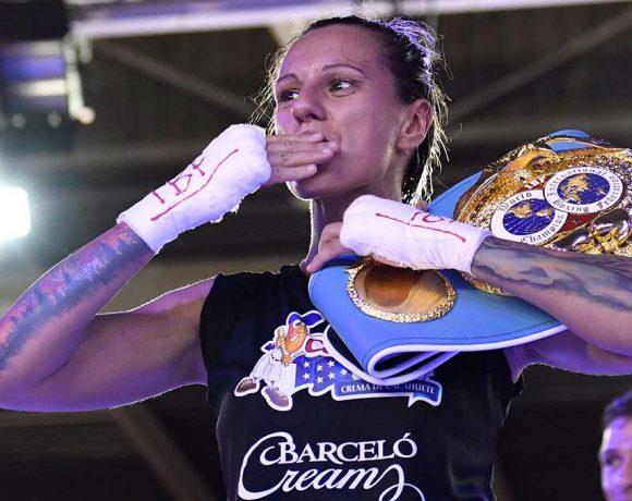 Joana Pastrana con el cinturón de Campeona del Mundo