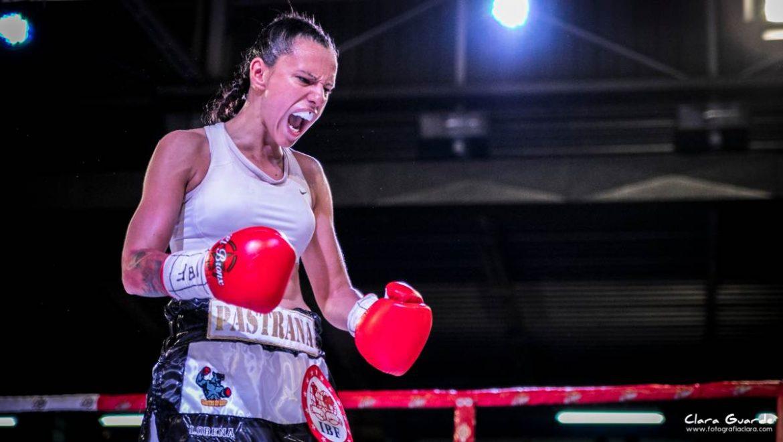 Joana Pastrana grita tras ganar un combate