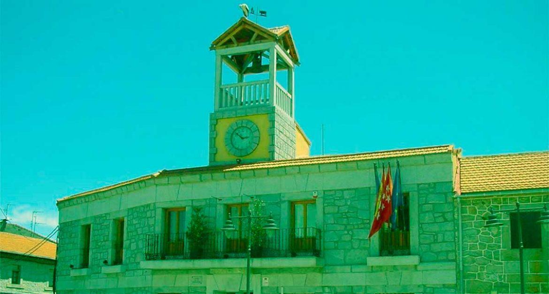 Fachada del Ayuntamiento de Moralzarzal con tono vedoso
