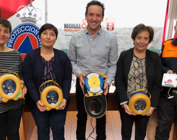 El alcalde de Moralzarzal entrega los dispositivos DESAS