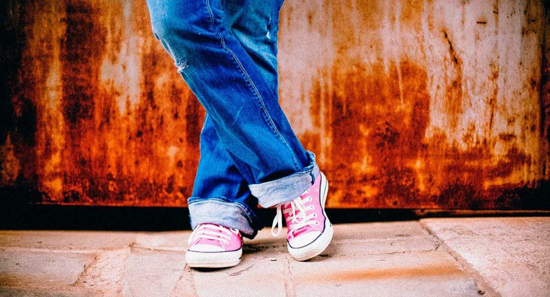 Unas piernas con pantalón vaquero de una adolescente