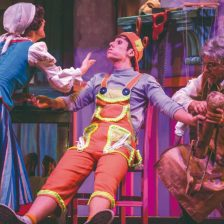Pinocho, Geppeto y una señora sobre el escenario
