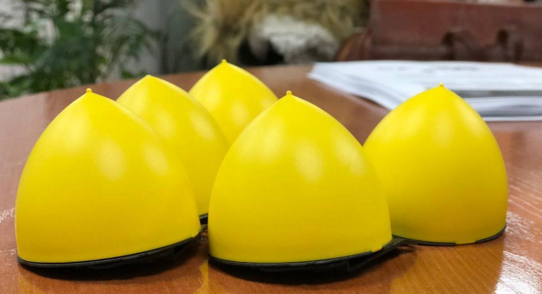 Cinco medidores de gas radon de color amarillo