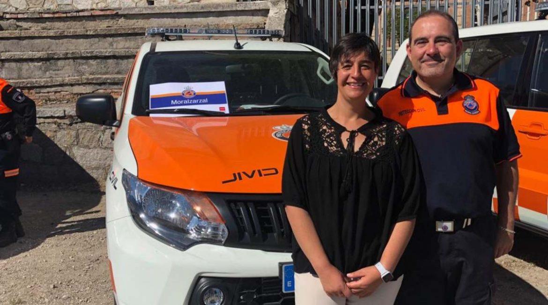 La primera teniente de alcalde y el jefe de Protección Civil delante del nuevo vehículo