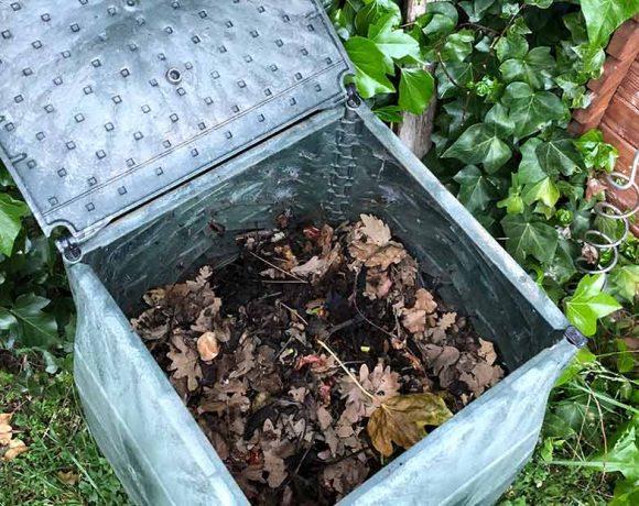 Compostera abierta en un jardín