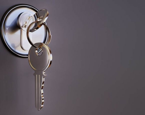 Cerradura de una puerta con llave puesta
