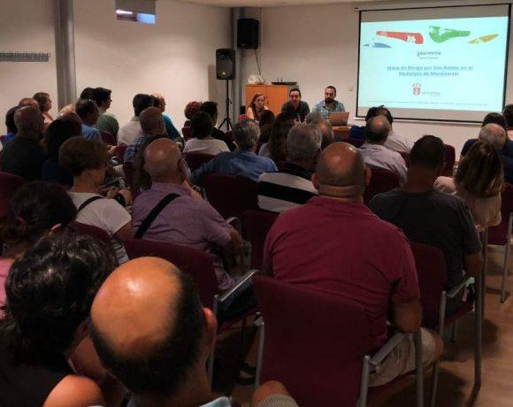 Salón lleno de público en una presentación