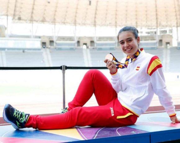 Alicia Lumbreras muestra sonriente su medalla