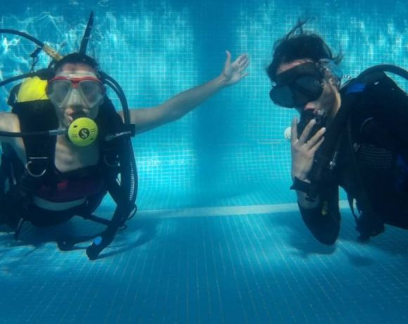 dos buceadores en una piscina