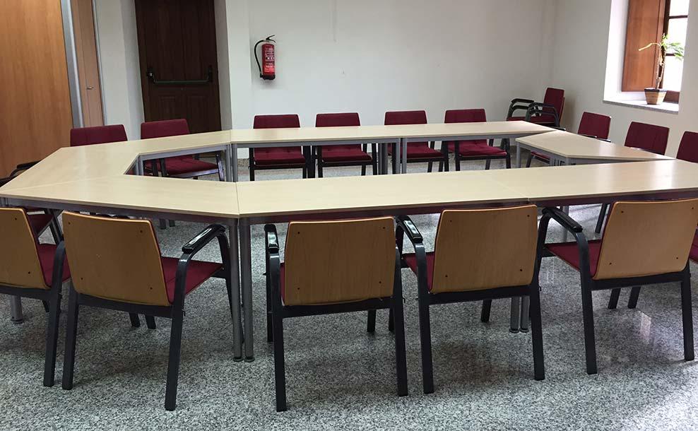 Sala de estudio con mesas y sillas