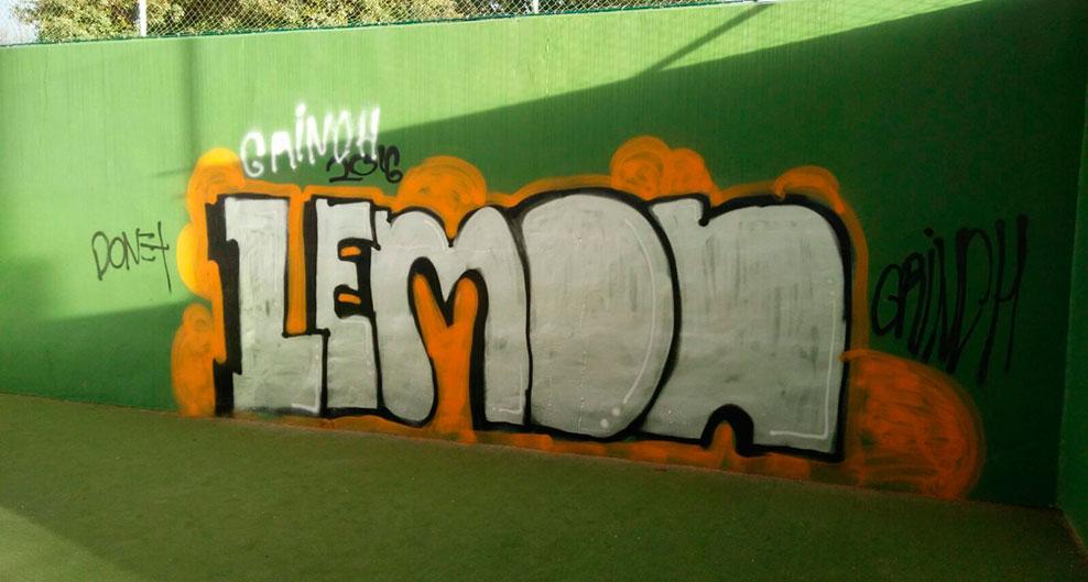Un graffiti en la pared de una pista de padel