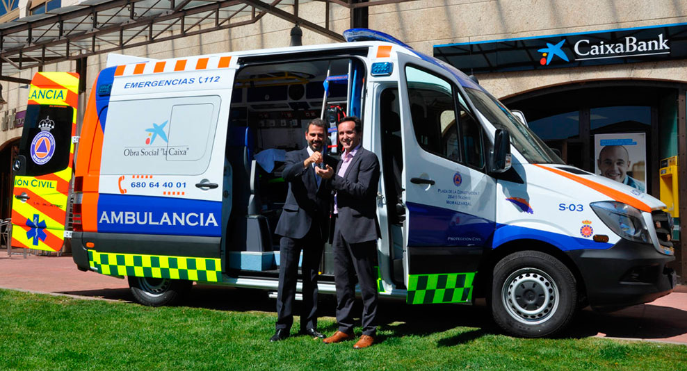 Entrega de llaves frenta ala nueva ambulancia de Moralzarzal
