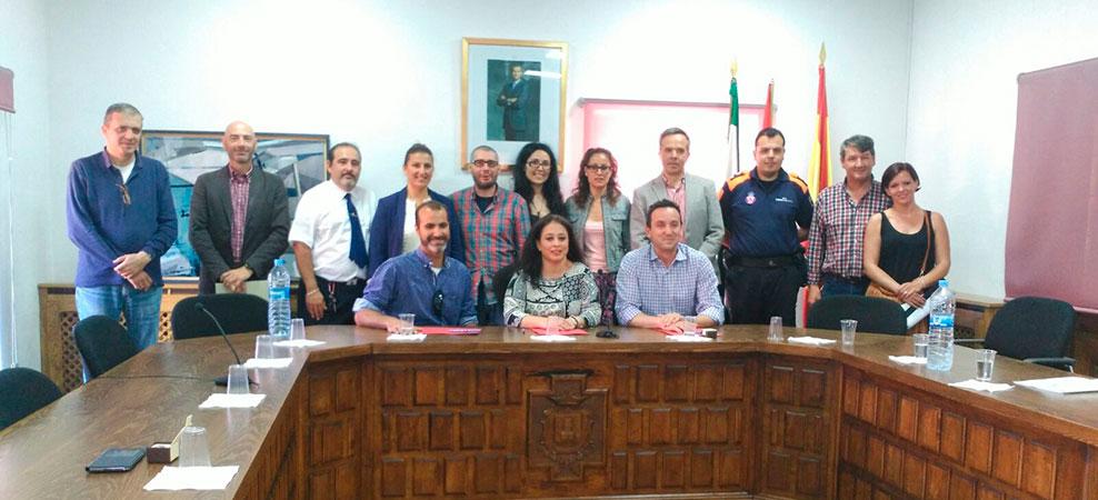 Alcaldes, concejales y técnicos posan tras la firma del convenio